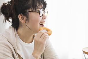 女性 おやつ ドーナツの写真素材 [FYI04524767]