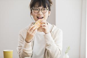 女性 ランチ サンドイッチの写真素材 [FYI04524769]