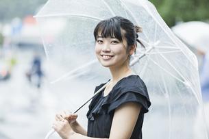 女性 雨 散歩の写真素材 [FYI04524776]