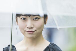 女性 雨 散歩の写真素材 [FYI04524777]