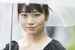 女性 雨 散歩の写真素材 [FYI04524778]