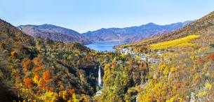 日光国立公園、紅葉に染まる中禅寺湖と華厳の滝の俯瞰の写真素材 [FYI04525079]