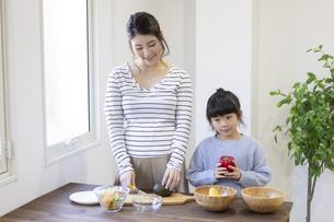 料理する親子の写真素材 [FYI04525211]