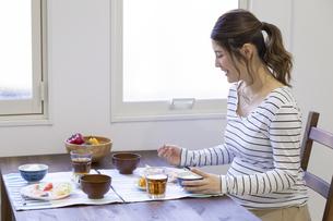 朝食を食べる女性の写真素材 [FYI04525236]