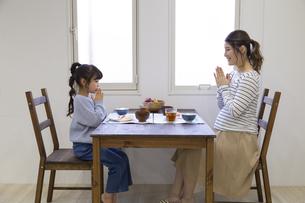 朝食を食べる母娘の写真素材 [FYI04525237]