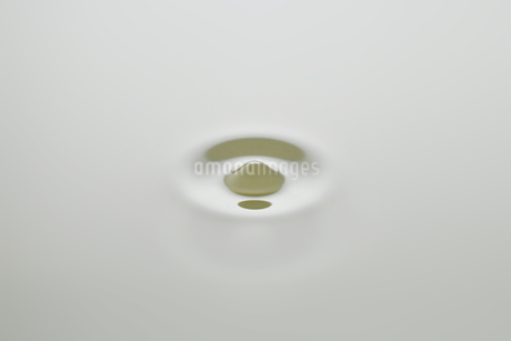 Dripping colorless oil on white background.の写真素材 [FYI04525435]
