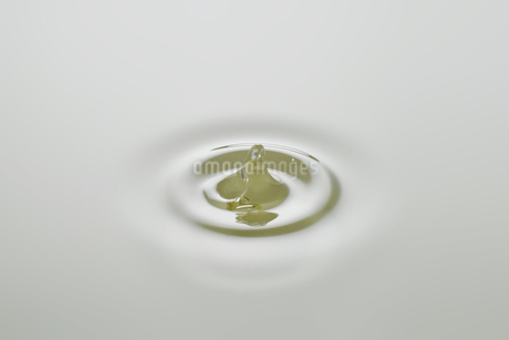Dripping colorless oil on white background.の写真素材 [FYI04525437]