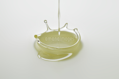 Dripping colorless oil on white background.の写真素材 [FYI04525442]