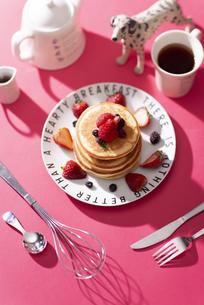 いちごのパンケーキの写真素材 [FYI04525588]