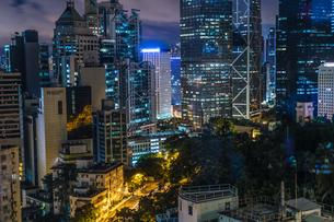香港特別行政区の高層ビル群の夜景の写真素材 [FYI04525925]