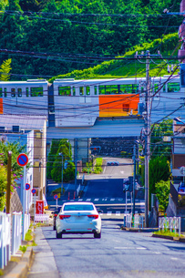 住宅街を走る多摩モノレールの写真素材 [FYI04525964]