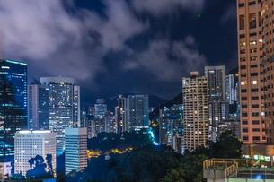 香港特別行政区の高層ビル群の夜景の写真素材 [FYI04526339]