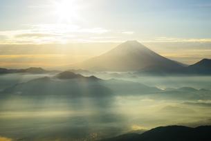 山梨県 朝日を浴びる雲海と富士山の写真素材 [FYI04526661]