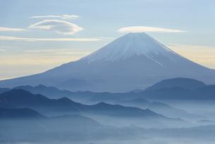 山梨県 山並みの向こうの富士山の写真素材 [FYI04526662]