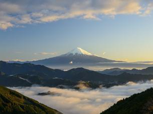 静岡県 雲海と山並みの向こうに見える富士山の写真素材 [FYI04526664]