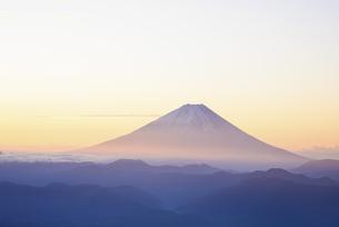 山梨県 夜明けに輝く富士山 の写真素材 [FYI04526676]