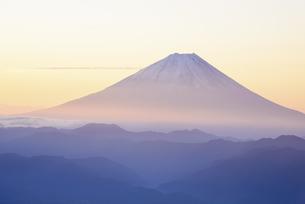 山梨県 夜明けに輝く富士山 の写真素材 [FYI04526677]