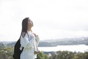 深呼吸をしている女性の横顔の写真素材 [FYI04526873]