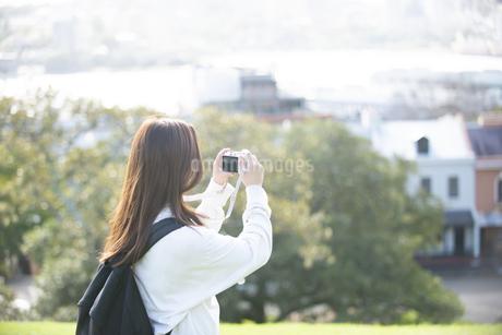 風景の写真を撮影している女性の写真素材 [FYI04526874]