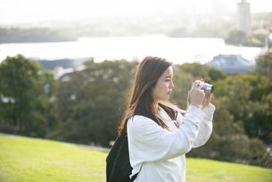 風景の写真を撮影している女性の写真素材 [FYI04526876]