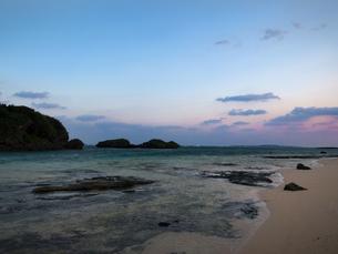 西表島 星砂の浜 朝焼けの写真素材 [FYI04526925]