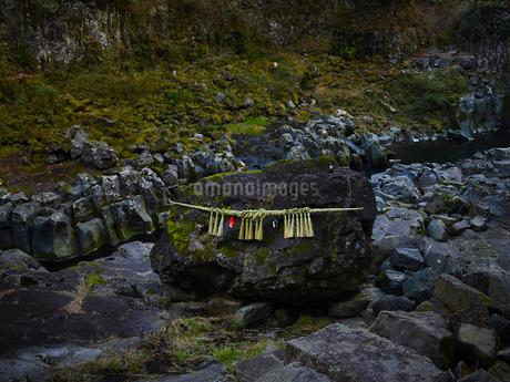 高千穂峡 鬼八の力石の写真素材 [FYI04527091]
