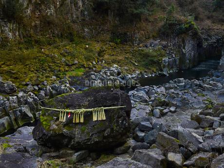 高千穂峡 鬼八の力石の写真素材 [FYI04527092]