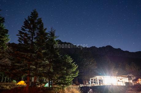 テントサイトから望む八ヶ岳と星空の写真素材 [FYI04527152]