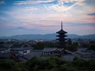 京都府京都市 夕暮れの八坂の塔(法観寺)と京都市内の写真素材 [FYI04527356]