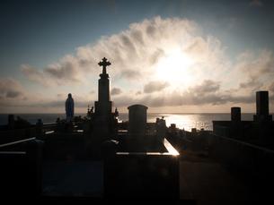 長崎県五島市 福江島 夕暮れのカトリック墓碑群の写真素材 [FYI04527405]