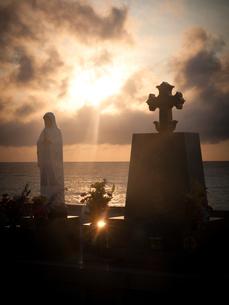 長崎県五島市 福江島 夕暮れのカトリック墓碑群の写真素材 [FYI04527406]