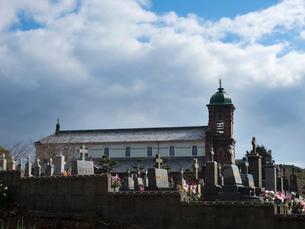 長崎県 平戸市 墓地と田平天主堂の写真素材 [FYI04527506]