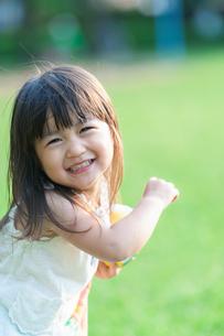 ボール遊びをする女の子の写真素材 [FYI04528115]