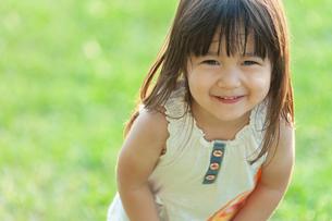 楽しそうに笑う女の子の写真素材 [FYI04528135]