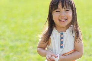 嬉しそうに笑う女の子の写真素材 [FYI04528165]