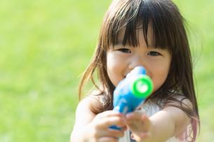 シャボン玉のおもちゃで遊ぶ女の子の写真素材 [FYI04528170]
