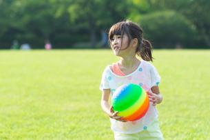 ボール遊びをする女の子の写真素材 [FYI04528171]