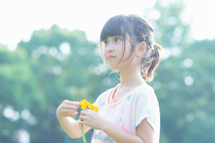 花を持って見上げる女の子の写真素材 [FYI04528183]