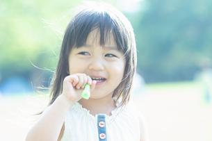 シャボン玉で遊ぶ女の子の写真素材 [FYI04528188]