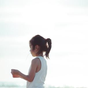 物憂げな表情の女の子の写真素材 [FYI04528220]
