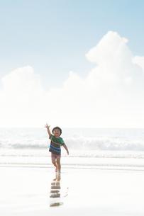波打ち際を楽しそうに走る男の子の写真素材 [FYI04528228]