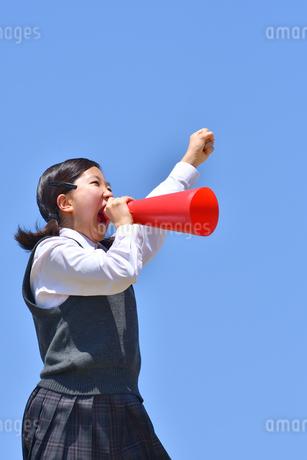 青空で応援する女の子の写真素材 [FYI04528272]