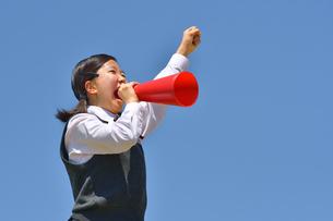 青空で応援する女の子の写真素材 [FYI04528273]