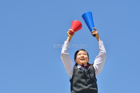 青空で応援する女の子の写真素材 [FYI04528274]