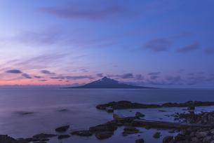 夜明けの利尻富士の写真素材 [FYI04528388]