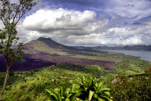 インドネシア バリ島 キンタマーニ高原のバトゥール山とバトゥール湖の写真素材 [FYI04528492]