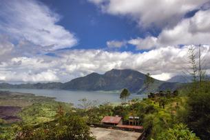 インドネシア バリ島 キンタマーニ高原のバトゥール山とバトゥール湖の写真素材 [FYI04528493]