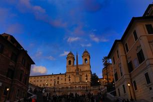 イタリア ローマ 夕方のスペイン広場の歴史的建造物の写真素材 [FYI04528561]