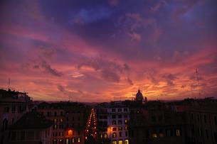イタリア ローマ 夕焼けの街並みの写真素材 [FYI04528565]