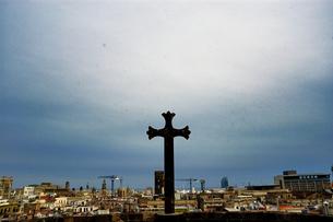 スペイン バルセロナ 十字架と街並みの写真素材 [FYI04528648]